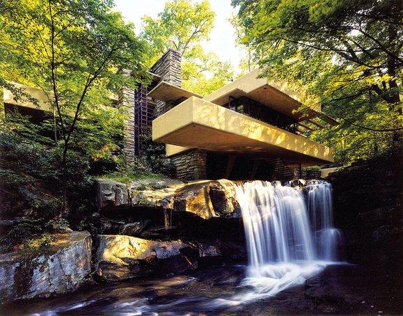 """""""Fallingwater"""" von Frank Lloyd Wright gilt als Meisterwerk """"organischer"""" Architektur. Fluss und Wasserfall sollten mit dem Leben der Familie eine Klang-Symbiose eingehen."""