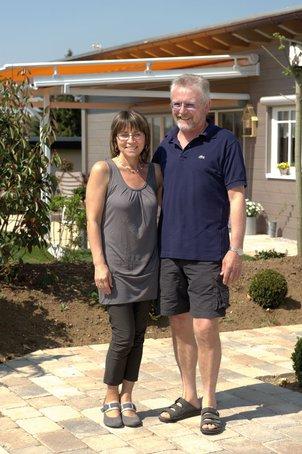 Klaus und Uschi Wiesner vor ihrem Holzhaus-Bungalow von FULLWOOD