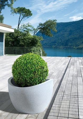 """""""Wave Globe"""" gibt es modern-puristisch in Taupe-Granit, Schwarz-Granit oder Weiß-Granit, aber auch mediterran in Terra."""