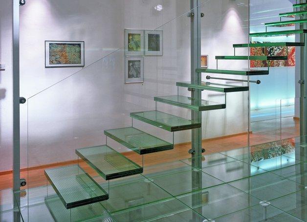 Begehbares Glas kann im Innenbereich sowohl ästhetische als auch raumbildende Funktionen übernehmen. Wie bei dieser Treppe.
