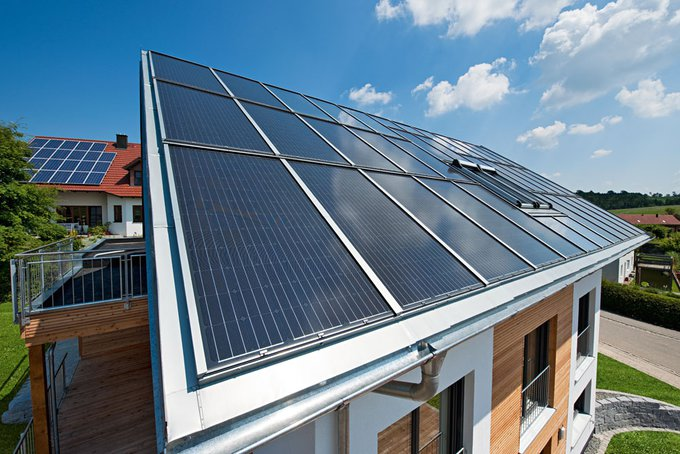 """Wohnhäuser mit Roto-""""Sunroof""""-Fotovoltaikanlagen: in Bayerbach"""