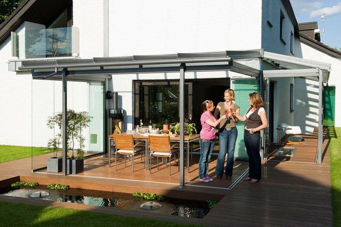 Ein Glashaus von Solarlux verlängert die Freiluftsaison, bietet perfekten Schutz und frische Luft auch bei ungemütlichem Wetter.
