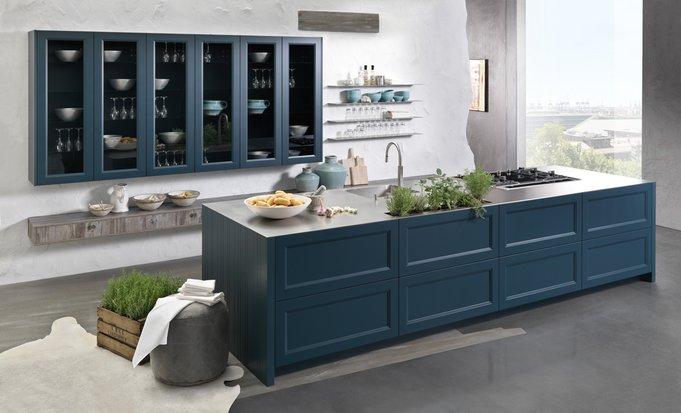 Die nur 4 mm starke Arbeitsfläche prägt die grifflose Landhausküche Casa (Foto: Rational)