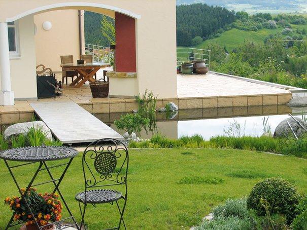 Teure Bodenpreise und steile Hanggrundstücke treiben Hausbewohner in die Höhe und auf Dachterrassen. (Fotos: Firma Wildigarten)
