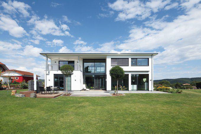 Aus holzbau becker wird dank innovativem rundum blick for Moderne bungalows mit viel glas
