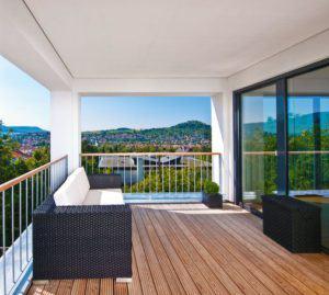 Terrasse mit Sitzmöglichkeiten von baufritz