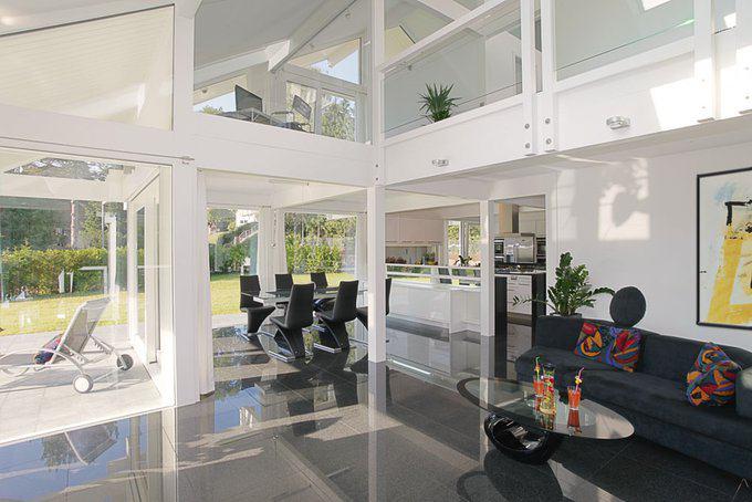 house-2179-das-schwarz-des-polierten-granitbodens-und-das-weiss-der-leimholzkonstruktion-geben-den-ton-vor-a-1