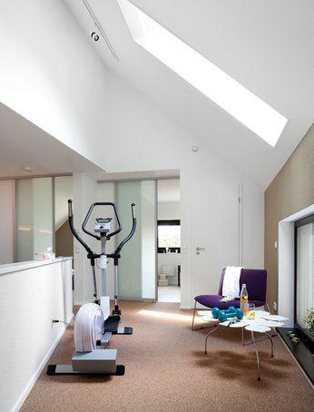 house-2224-die-galerie-im-obergeschoss-glasschiebetueren-fuehren-ins-schlafzimmer-und-bad-1
