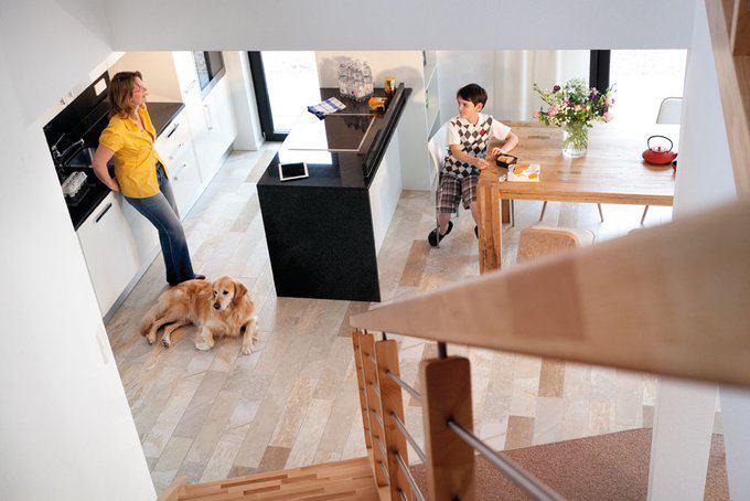 house-2224-pfiffig-ist-die-schraeg-zur-kueche-hin-gedrehte-gerade-treppe-ins-obergeschoss-die-zugleich-den-s-1