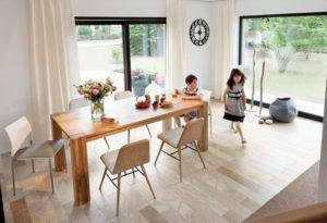 house-2224-tafelrunden-vor-gruenem-panorama-der-essplatz-bietet-schoenes-ausblicke-in-den-garten-1