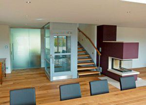 Treppe und Anfzug (Foto: Knecht)