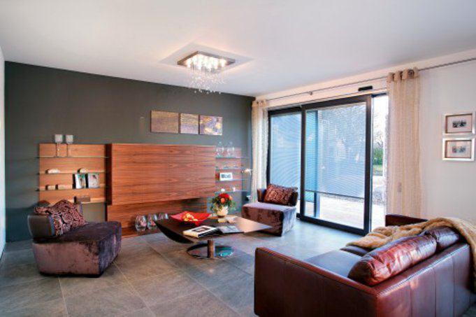 house-1446-der-wohnraum-mit-dem-esstischvor-den-bodentiefen-ueber-eck-gezogenen-fenstern-hat-eine-groesse-in-2