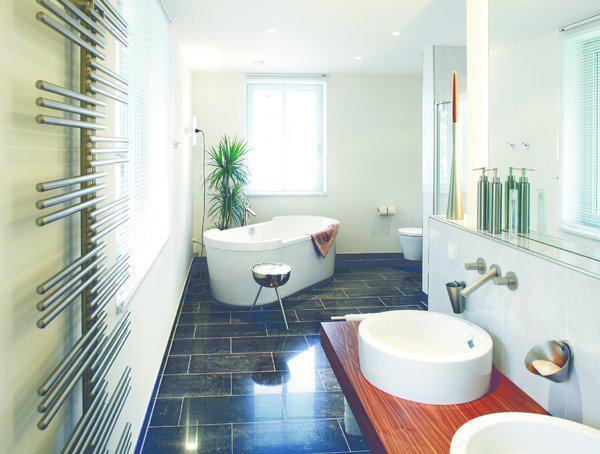 house-1451-das-klassisch-und-zugleich-modern-ausgestattete-bad-harmonisiert-mit-dem-stil-des-hauses-2