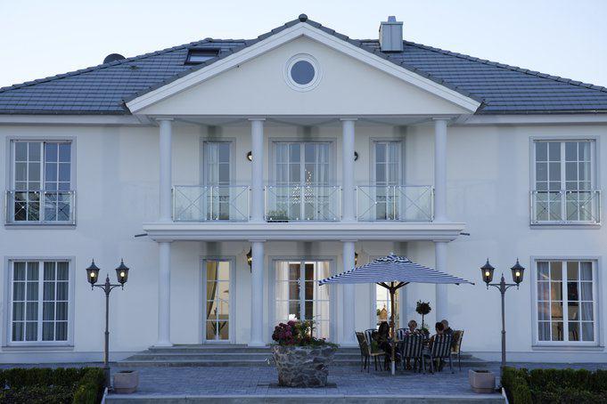 elegante villa s klasse von okal. Black Bedroom Furniture Sets. Home Design Ideas