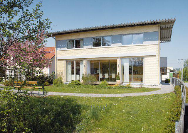house-1702-das-moderne-innovative-holzhaus-muenchen-der-firma-sonnleitner-bricht-innen-wie-aussen-mit-bayeri-2