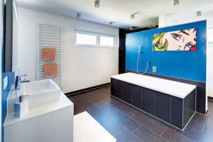 house-2049-das-bad-hier-eine-teilansicht-ist-mit-35-quadratmetern-ungewoehnlich-komfortabel-bemessen-1