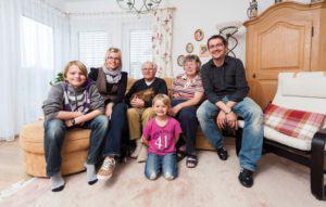 house-2168-ganz-in-familie-im-reich-der-aeltesten-generation-lukas-mama-uschi-opa-hans-bohm-moritz-oma-karen-2