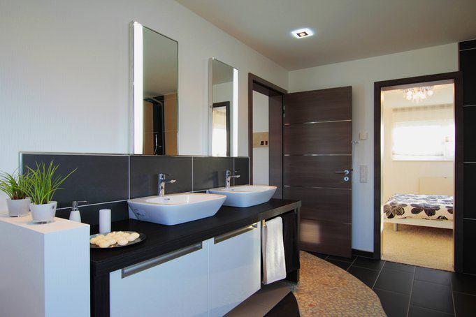 house-2192-das-badezimmer-im-fertighaus-ventura-von-rensch-haus-1