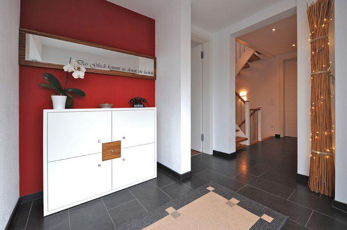 house-2193-der-flur-des-glaesernen-eingangsbereiches-empfaengt-in-freundlicher-optik-und-mit-reizvollen-durc-1