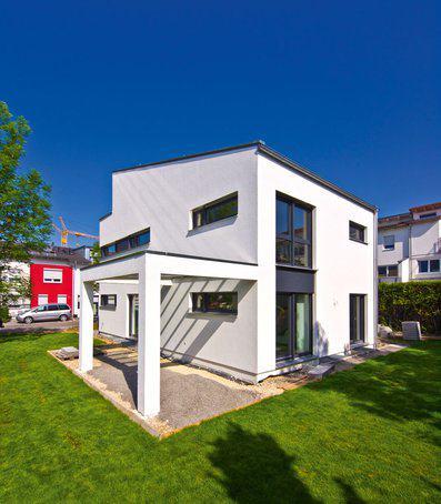 house-2270-nur-an-den-laengsseiten-laesst-sich-erkennen-dass-der-kubus-roesner-im-bauhaus-stil-von-fertighau-2
