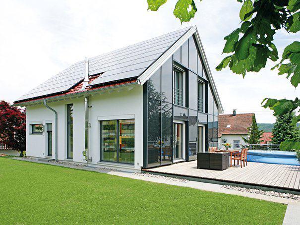 house-2272-satteldachhaus-mit-normaler-kubatur-und-ausgewogener-verglasung-von-fertighaus-weiss