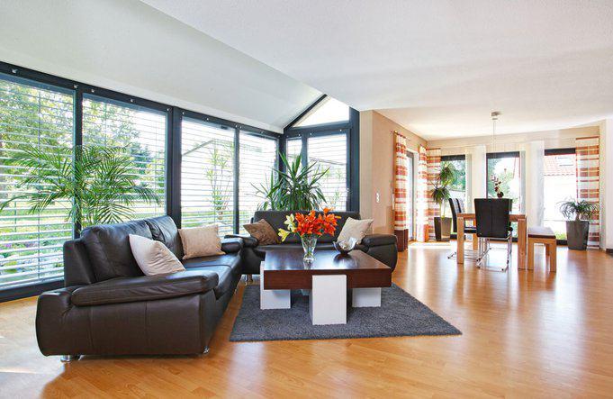 house-2295-wohnzimmer-im-holz-effizienzhaus-fino-320-a-von-fingerhaus-1