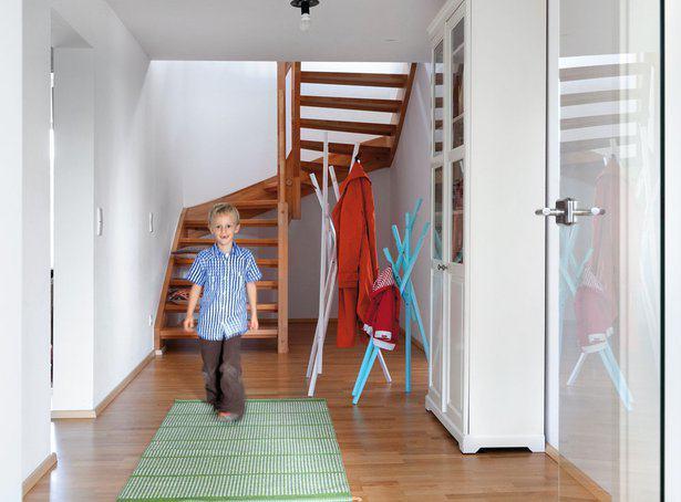 house-2355-vollgestopfte-garderobenhaken-sind-im-haus-triebe-curat-kein-thema-2