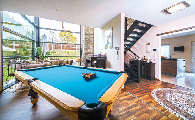 house-2357-der-oft-genutzte-billardtisch-und-das-sofa-erhielten-einen-logenplatz-vor-der-endlos-anmutenden-v-1