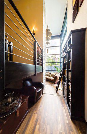 house-2357-ein-schmaler-gang-hinter-der-zentral-gelegenen-treppe-dient-zugleich-als-kleine-bibliothek-1