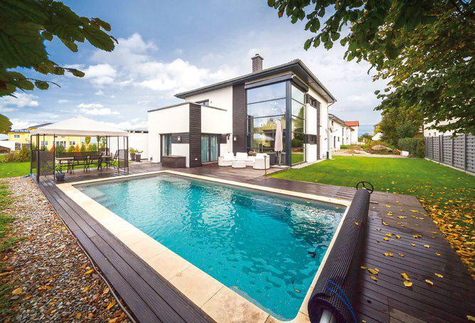 Moderne häuser mit innenpool  Moderne Villa mit Pool von OKAL | zuhause3.de