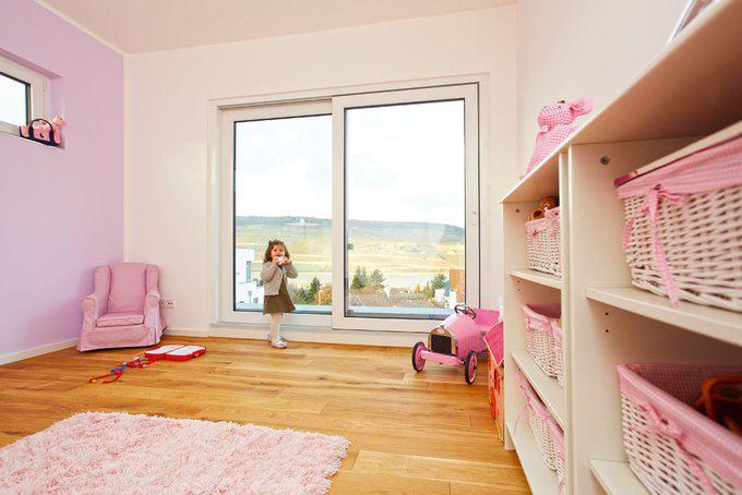 house-2435-das-rosa-im-zimmer-der-kleinen-prinzessin-faellt-aus-der-sonst-eher-zurueckhaltenden-farbwahl-her-1