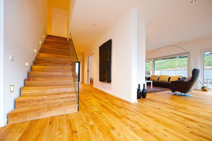 house-2435-die-massivholz-treppe-als-soli-taer-und-mittelpunkt-des-hauses-2