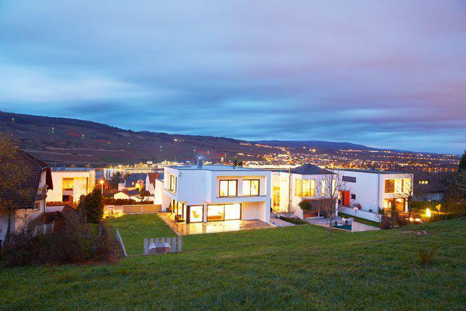 house-2435-zur-blauen-stunde-ist-der-panorama-blick-vom-martinez-haus-in-bingen-am-beeindruckendsten-1