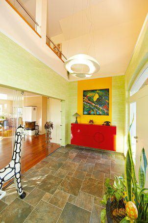 house-2438-offener-und-farbenfroher-eintritt-ins-haus-der-blick-kann-hinauf-auf-die-galerie-schweifen-1