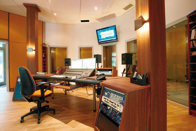 house-2484-das-wegen-der-akustik-leicht-abgesenkte-tonstudio-besitzt-einen-eigenen-zugang-zum-garten-1