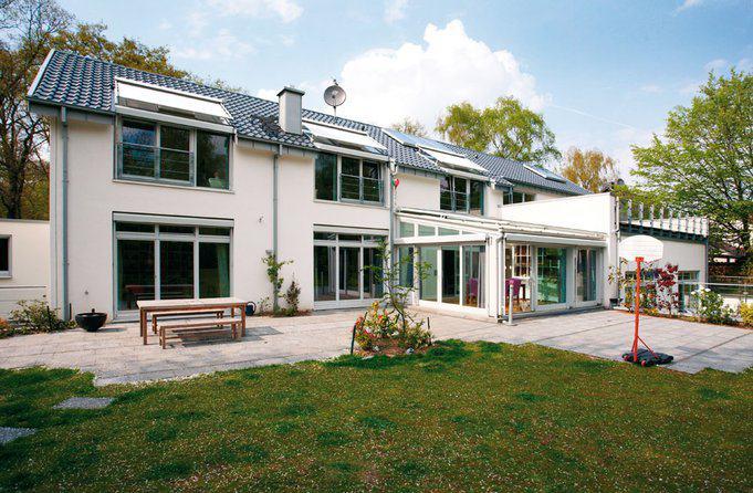 house-2484-mit-panoramafenstern-wintergarten-und-dachterrasse-wendet-sich-das-haus-dem-weitlaeufigen-garten-2