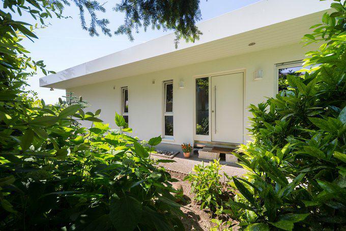 house-2574-die-eingangsseite-des-hauses-langgezogene-schlichte-fenster-unterstreichen-den-minimalistischen-c-2