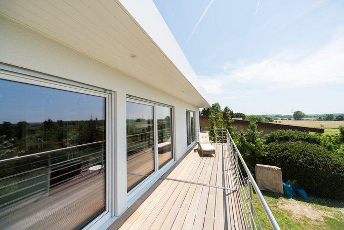 house-2574-vom-balkon-aus-hat-die-hausherrin-einen-wunderschoenen-blick-auf-ein-rheintal-1