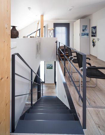 house-2576-raffiniert-wurden-mit-der-grauen-schlichten-stahltreppe-und-dem-dazu-passenden-gelaender-der-gale-2
