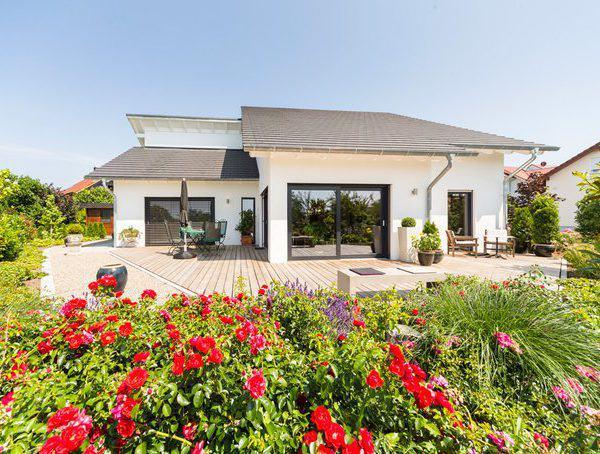 house-2576-rosen-und-salbei-schmuecken-dieses-einfallsreiche-moderne-haus-1