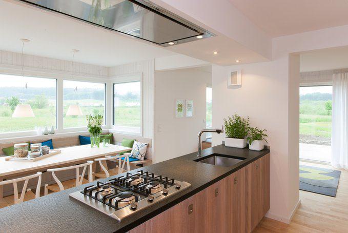 house-2579-kochen-mit-aussicht-die-insel-mit-dem-gaskochfeld-verbindet-die-kueche-optimal-mit-dem-essbereich-2