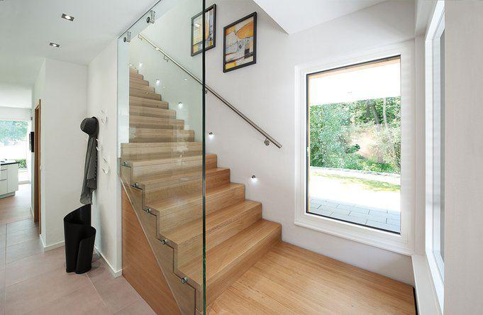 house-2594-fuer-licht-und-weite-in-eingang-und-flur-sorgt-die-treppenverglasung-durch-das-fenster-faellt-der-1