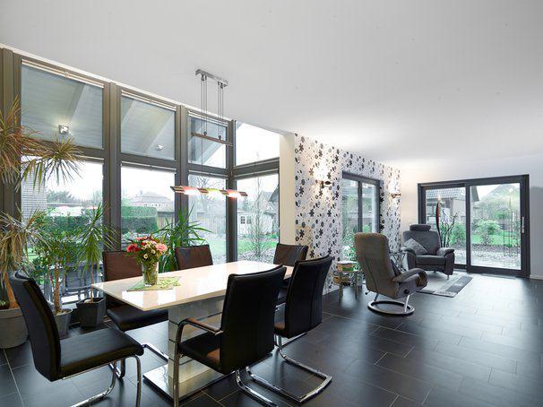 house-2635-im-wohntrakt-mit-esstisch-und-bequemen-sitzmoebeln-praegen-die-rechteckigen-bodenfliesen-den-stil-2