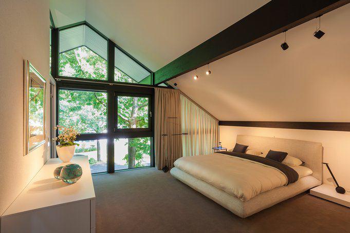 house-2643-das-schlafzimmer-der-eltern-reicht-ueber-den-first-hinaus-hinter-der-trennwand-verbergen-sich-ein-2