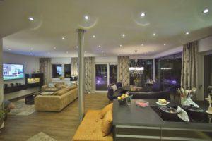 house-2713-rahmenlose-fensterfronten-ueber-50-quadratmeter-wohnen-essen-und-kochen-sowie-eine-integrierte-le-1