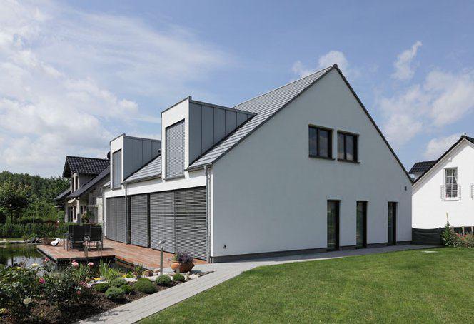 house-2715-bei-sonne-werden-die-riesenfenster-von-aussenraffstores-beschattet-damit-sich-das-haus-nichtaufhe-1