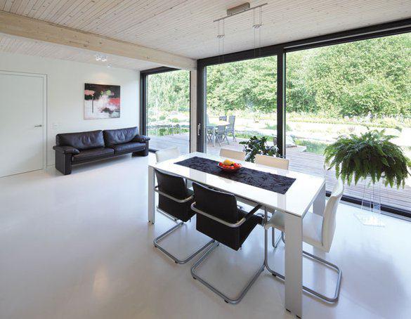 house-2715-der-essbereich-mit-reichlich-platz-fuer-gaeste-abgeteilt-ist-das-wohnzimmer-hinter-der-tuer-1