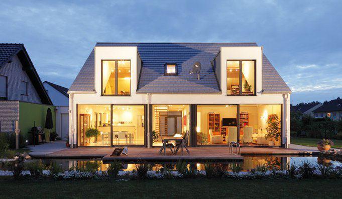 house-2715-meisterhafte-fenster-fuer-den-blick-auf-den-waldrand-links-der-gaestebereich-durch-die-diele-getr-2