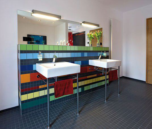 house-2716-auffallend-farbsicher-die-geflieste-vorwandinstallation-im-grossen-bad-2