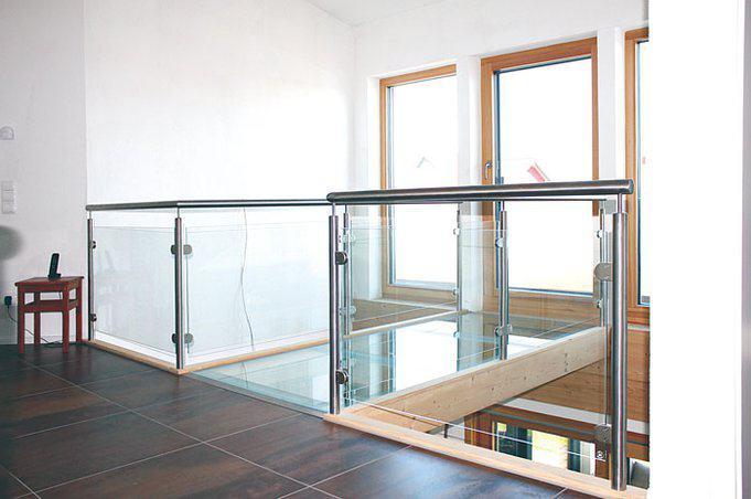 house-2754-ein-glaeserner-steg-fuehrt-zum-balkon-und-sorgt-fuer-eine-helle-und-freundliche-atmosphaere-2